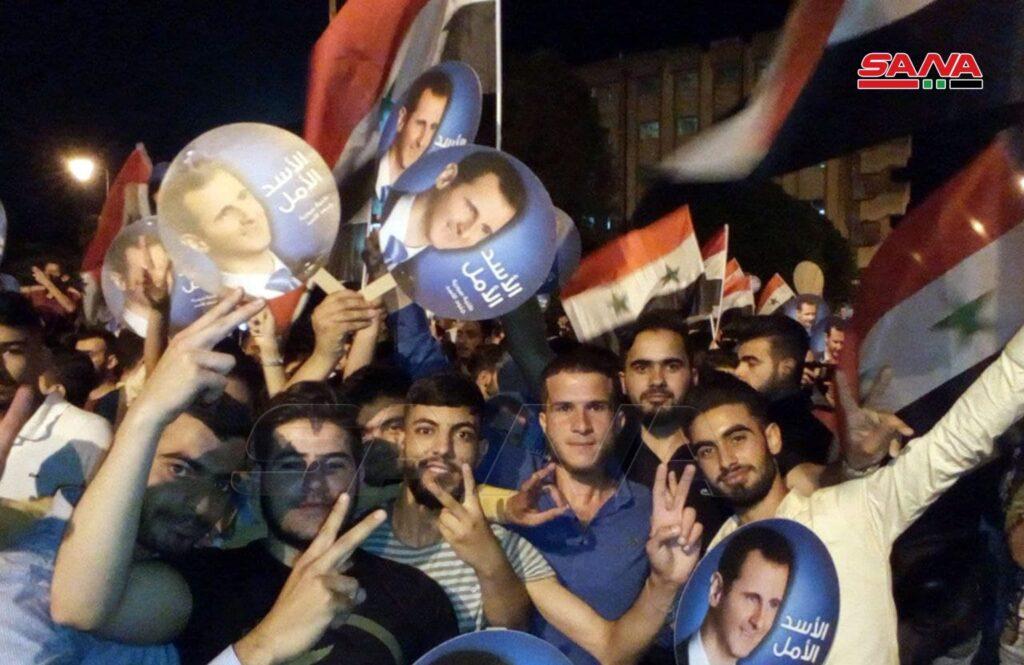 Жители Хомса празднуют победу Башара Асада